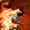 Fotografia anului ȋn presă – un bărbat fuge cuprins de flăcări
