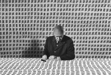 Monsieur G. a încheiat călătoria fotografică spre inexplicabil (Gilbert Garcin 1929-2020)